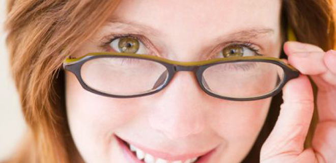 fc33a195d29b7 Já faz tempo que os óculos deixaram de ser meros coadjuvantes e ganharam  papel de destaque nas produções do dia a dia. Tanto os de grau quanto os  escuros.